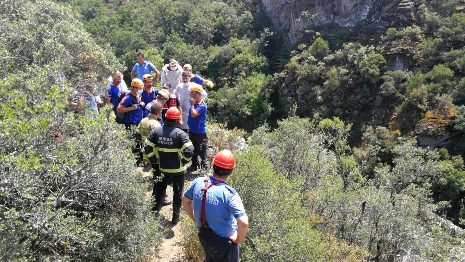 Dinamitle vadiye giden 2 kişi kendilerini yaralayıp mahsur kaldı
