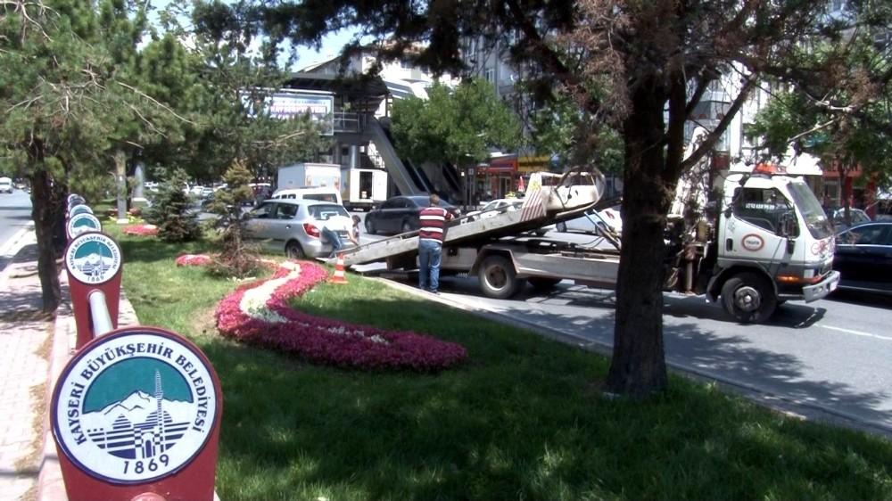Direksiyon hakimiyeti kaybolan otomobil ağaca çarptı