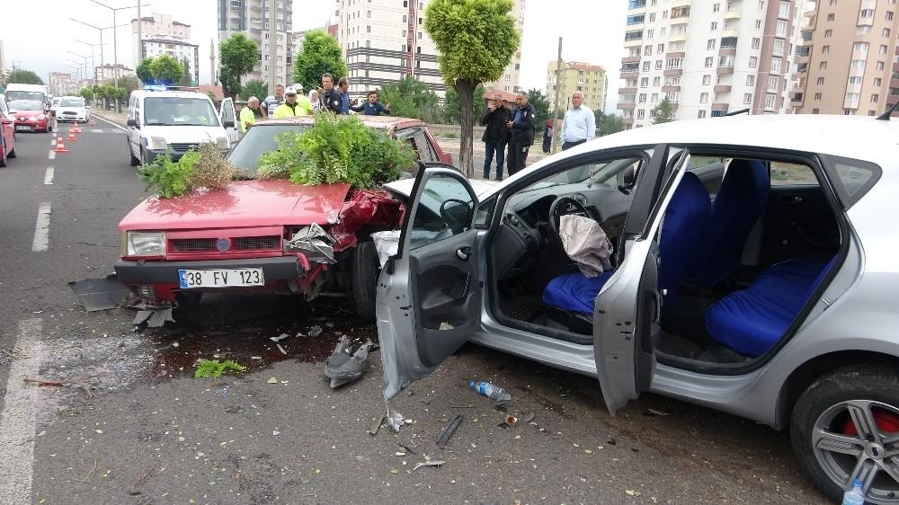 Direksiyon hakimiyeti kaybolan otomobil karşı şeride geçti