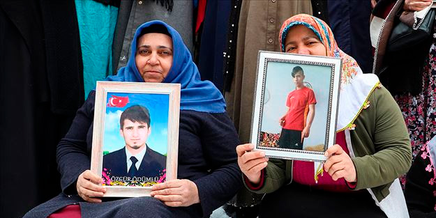 Diyarbakır anneleri HDP'lilerin tutuklanmasını sevinçle karşıladı