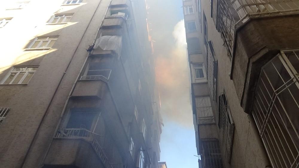 Diyarbakır'da apartmanın çatısında çıkan yangın paniğe neden oldu