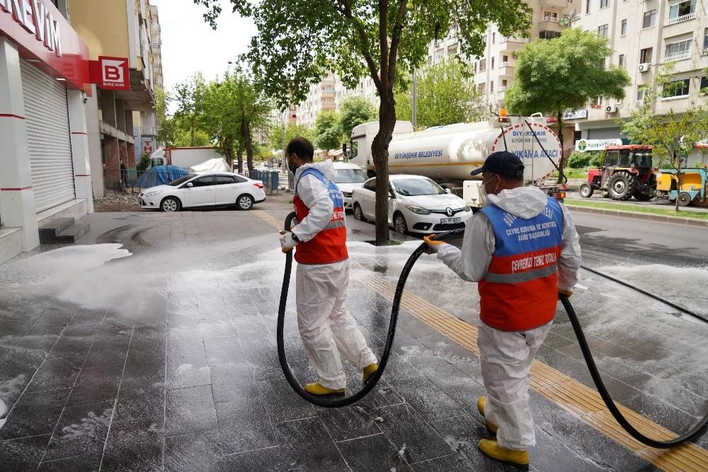 Diyarbakır'da cadde ve kaldırımlar tazyikli suyla yıkanıyor