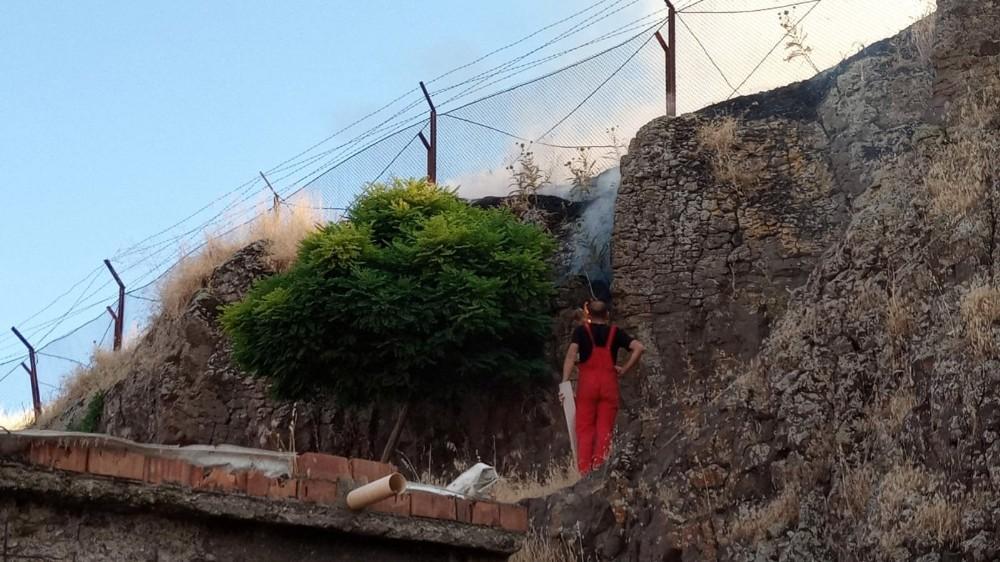 Diyarbakır'daki anız yangını vatandaş, asker ve itfaiye işbirliği ile söndürüldü