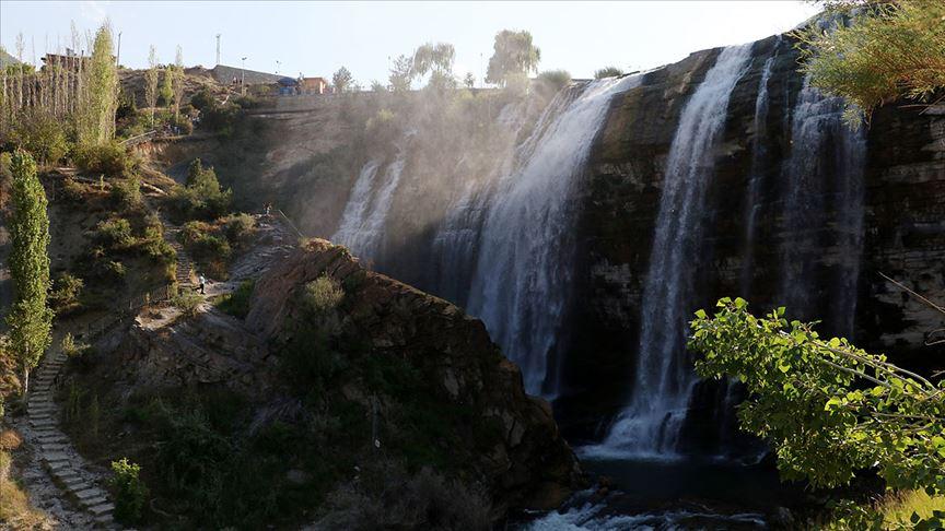 Doğa harikası 'Tortum Şelalesi' ziyaretçilerini hayran bırakıyor