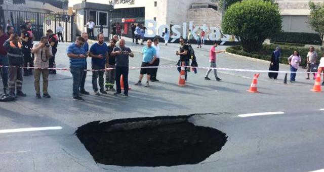 Dolmabahçe'de yol çöktü! İstanbul'da trafik durdu