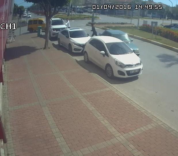 Drift atan ehliyetsiz genç, polisi görünce kontak anahtarını bile almadan aracı bırakıp kaçtı