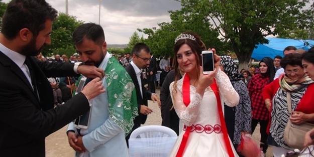 Düğünde damada altın yerine iPhone taktılar