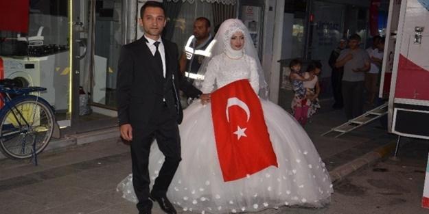 Düğünden önce demokrasi meydanına geldiler