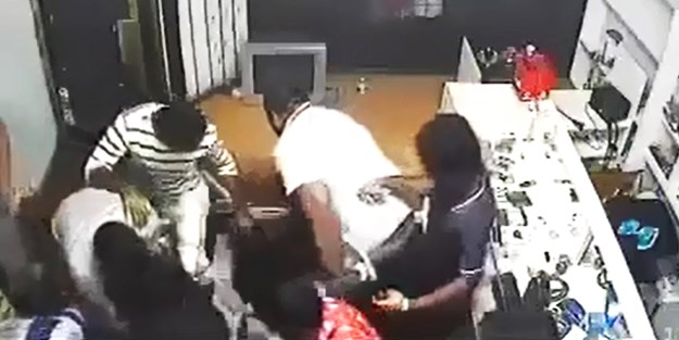 Dükkanı soymaya çalışan hırsız hayatının dayağını yedi