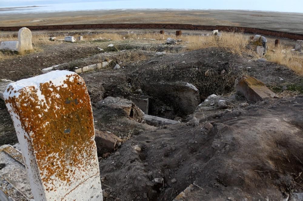 Dünya korona virüsü konuşurken, define avcıları Türk-İslam mezarlığını tahrip etti