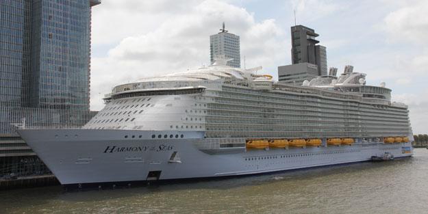 Dünyanın en büyük gemisi Hollanda'ya ulaştı