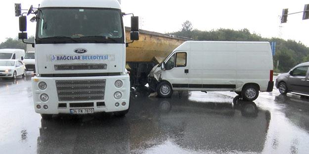 Duramayan minibüs hafriyat kamyonuna çarptı! İstanbul'da 2 kişinin yaralandığı kaza kameraya yansıdı