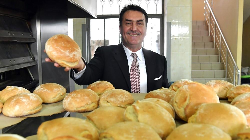 Dürdane Teyze, torunları için sıcak ekmek taşıyor