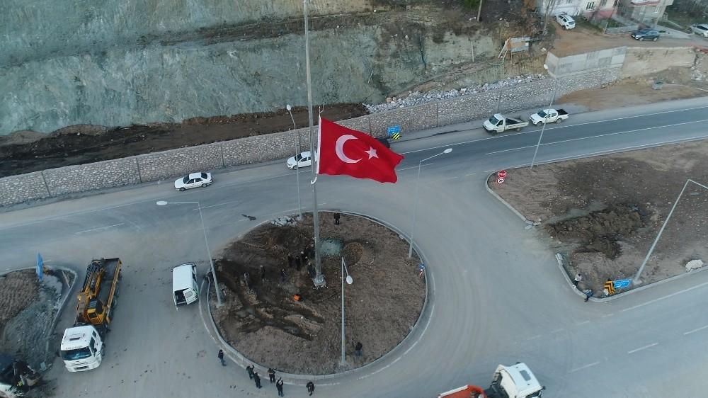 Dursunbey İlçe Girişine Dev Türk Bayrağı