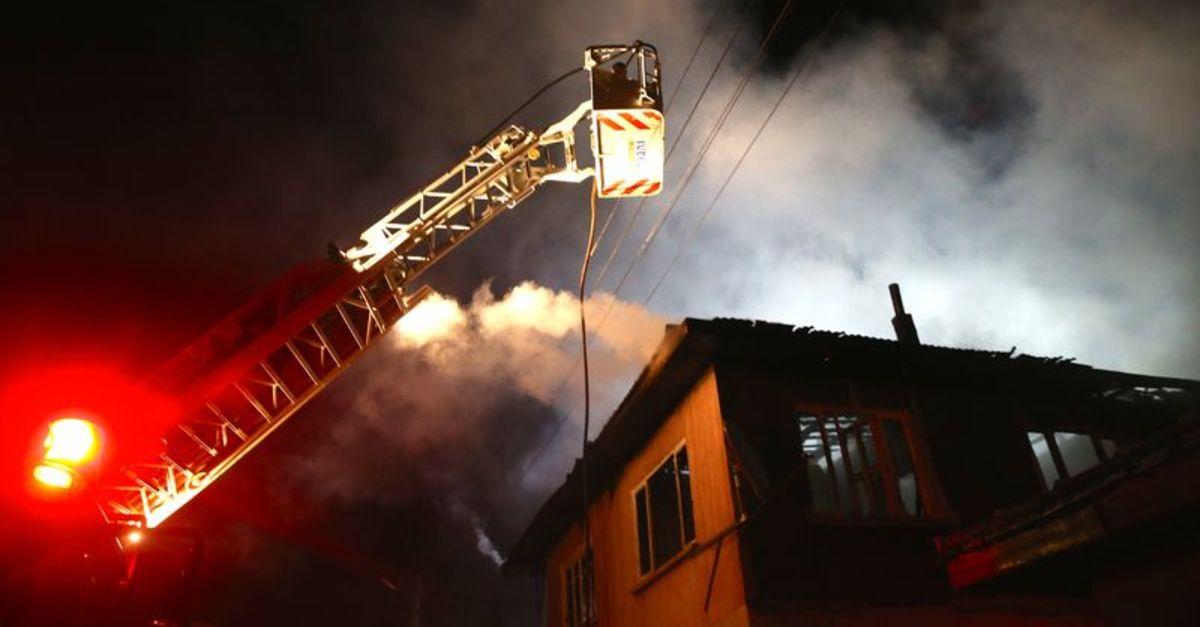 Düzce'de 2 metruk bina alev alev yandı