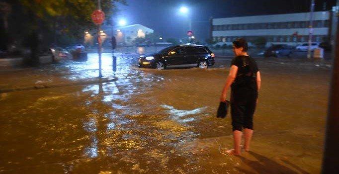 Edirne'de gece yarısı bastıran yağış nedeniyle sokaklar göle döndü