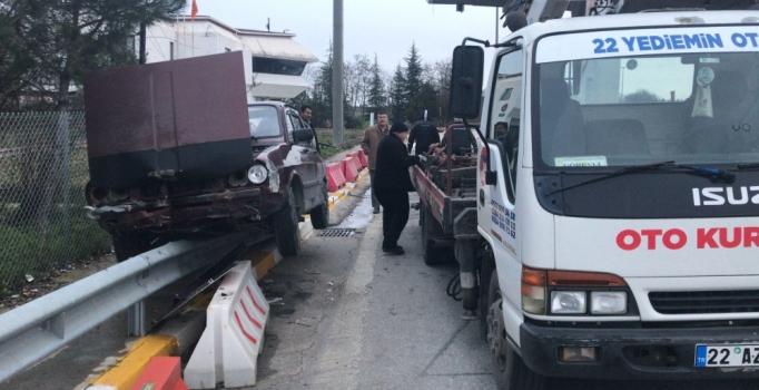 Edirne'de gişeleri kaçıran sürücü, otomobille bariyerlerin üzerine çıktı