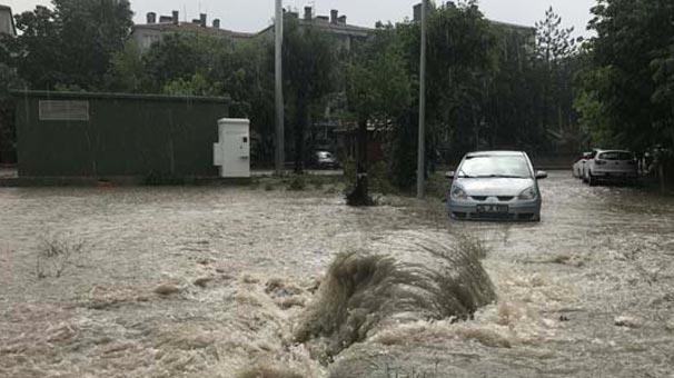 Edirne'de sağanak yağış nedeniyle yol çöktü