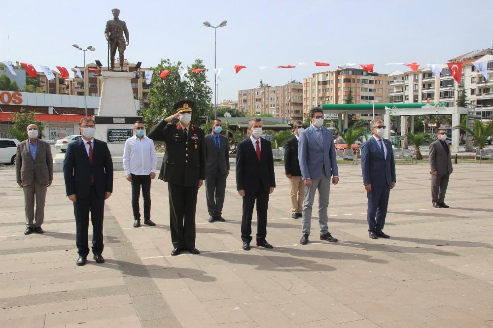 Edremit'te 19 Mayıs çelenk sunma töreniyle kutlandı