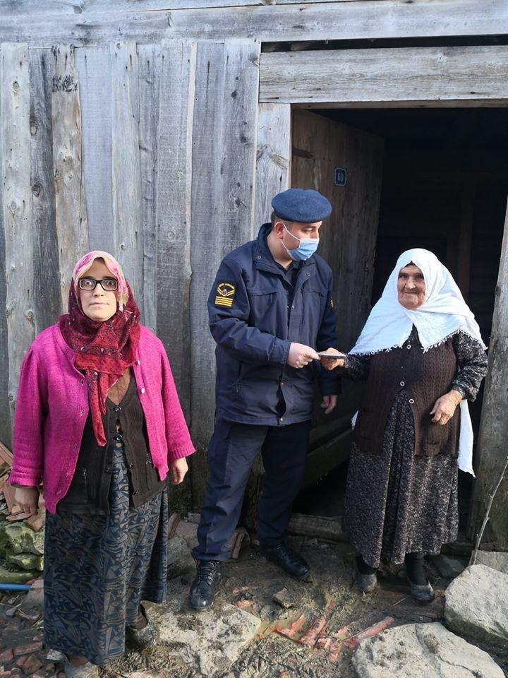 Eflani'de 476 kişiye maaşları evlerinde teslim edildi