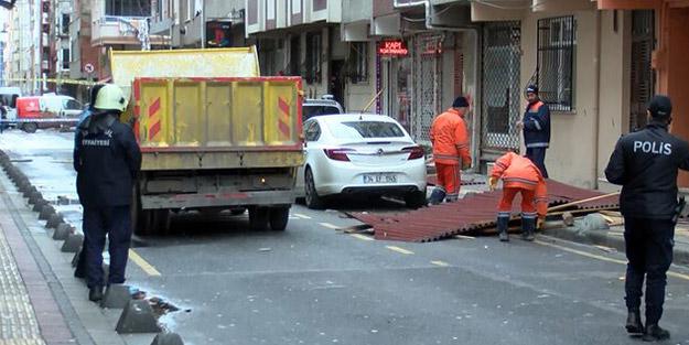 Ekipler sevk edildi! İstanbul'da şiddetli fırtına binanın çatısını uçurdu