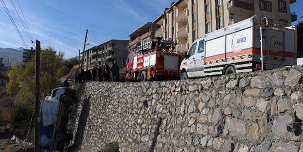 El freni çekilmeyen kamyon, 10 metreden düşüp dik kaldı