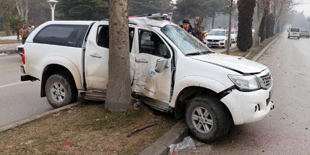 Elazığ'da AFAD aracı ağaca çarptı: Yaralılar var