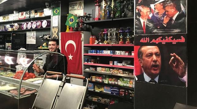 Eli kanlı İsrail polisi Filistinlilerin Türkiye sevgisine engel olmaya çalışıyor