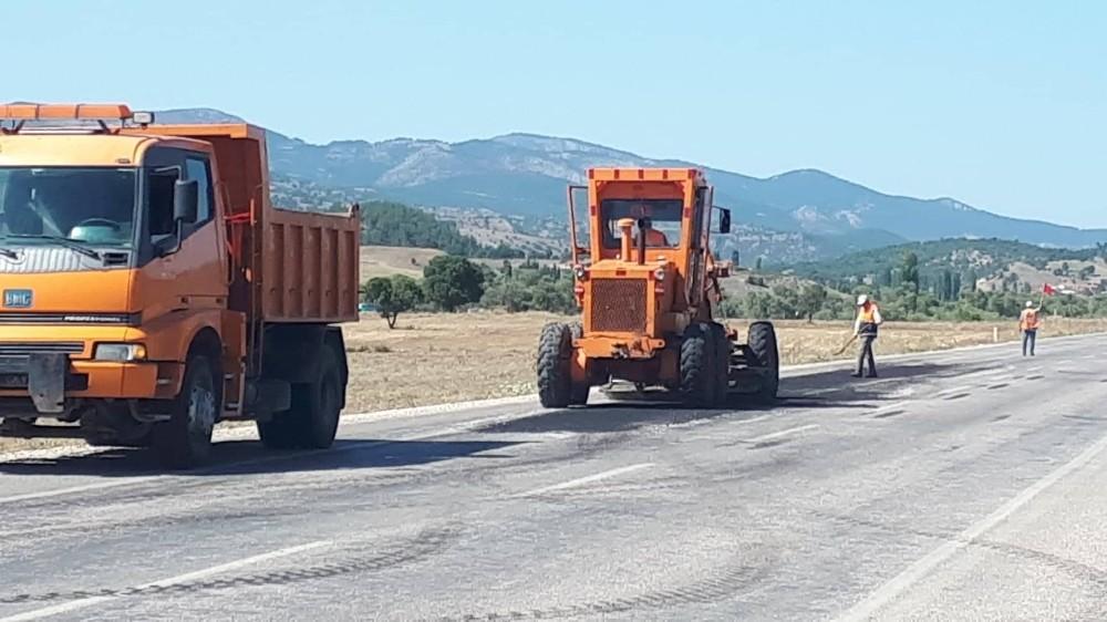 Emet'te yollara asfalt yama çalışması