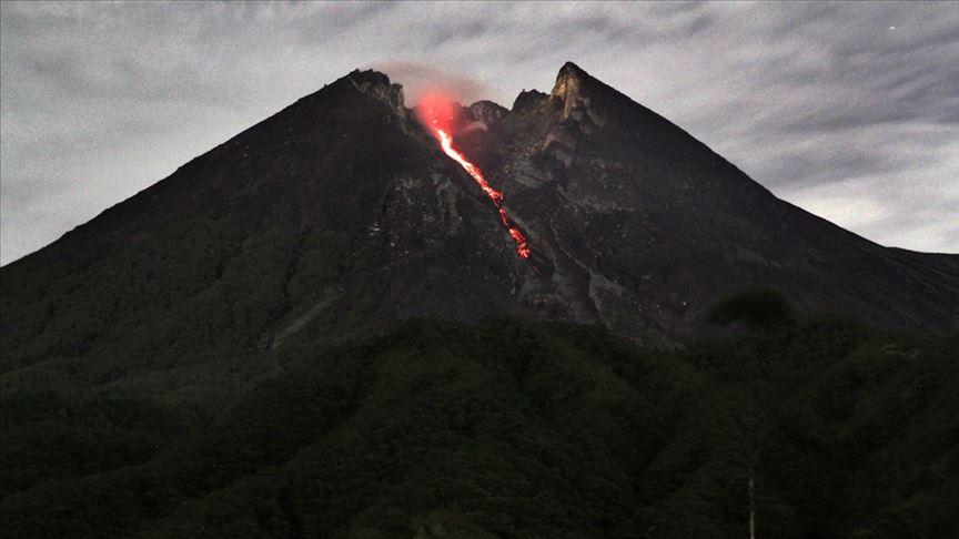 Endonezya'da Merapi Yanardağı'nda son 24 saatte 3 patlama odu