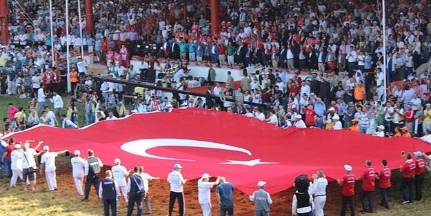 Er meydanında Türk bayrağı açıldı