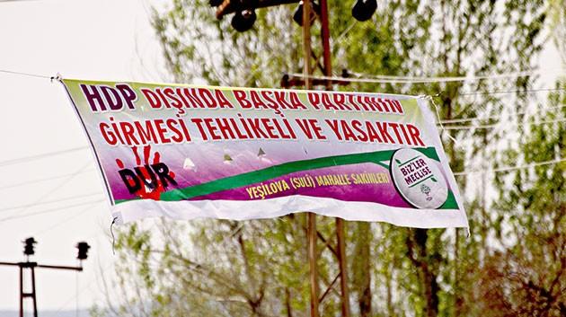 "Erciş'te, ""HDP'li olmayan giremez"" pankartı"