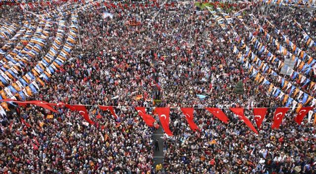 Erdoğan bekleyen kalabalığı görünce mest oldu