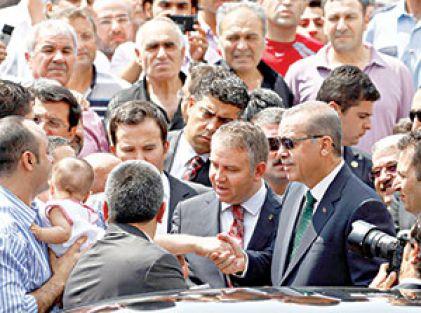 """Erdoğan'dan cami çıkışı """"Rabia"""" selamı"""