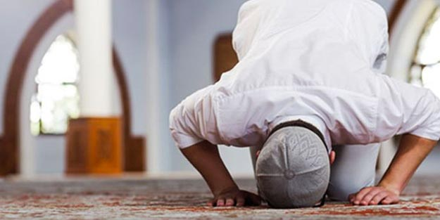 Erkekler namazda neden takke takar? Takke kullanmayan günahkar olur mu?