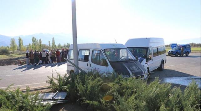 Erzincan'da iki minibüs çarpıştı: 12 yaralı
