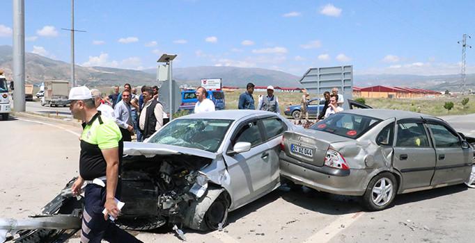 Erzincan'da iki otomobil çarpıştı: 9 yaralı