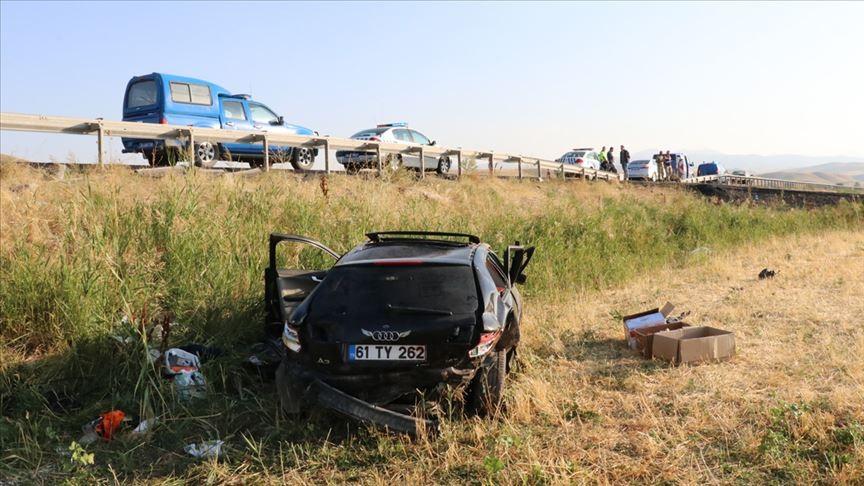 Erzincan'da otomobil şarampole devrildi: 2 kişi öldü, 1 kişi yaralandı