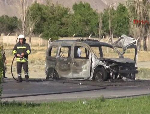 Erzincan'da Polis otosuna el bombalı saldırı