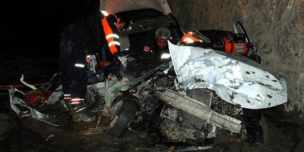 Erzincan'da tır ile otomobil çarpıştı: 5 ölü, 2 yaralı
