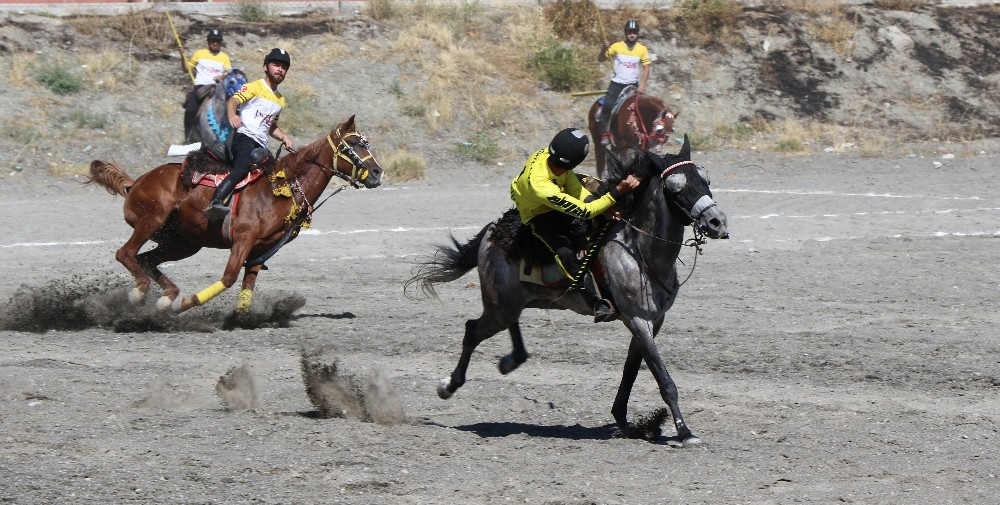 Erzincan'daki atlı cirit müsabakaları nefes kesti