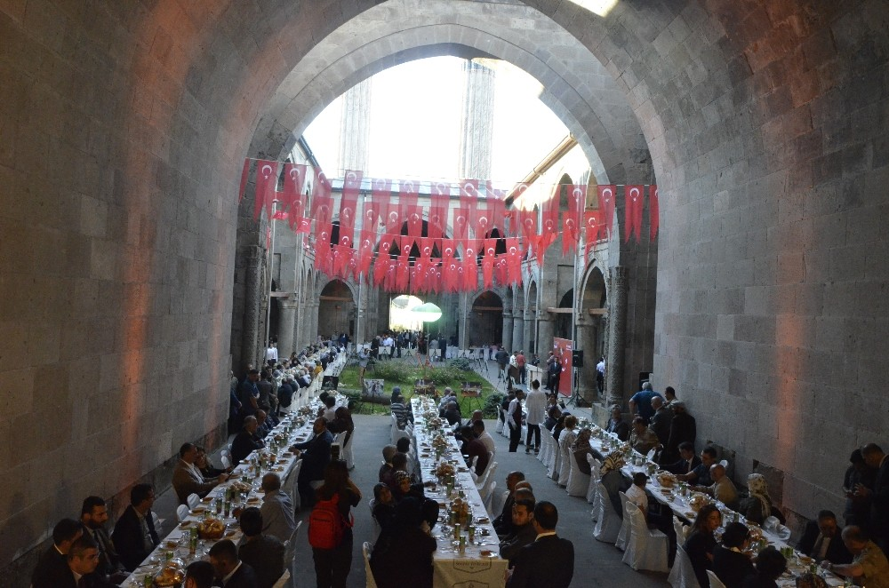 Erzurum'da şehit aileleri ve gaziler 15 Temmuz yemeğinde buluştu