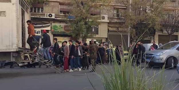 Esed rejimi, gençleri kelepçeleyerek askere aldı!