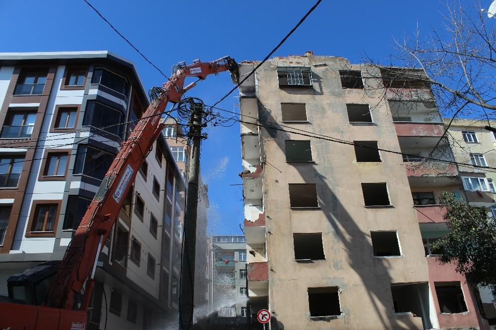 Esenler'de ağır hasarlı binaya kontrollü yıkım
