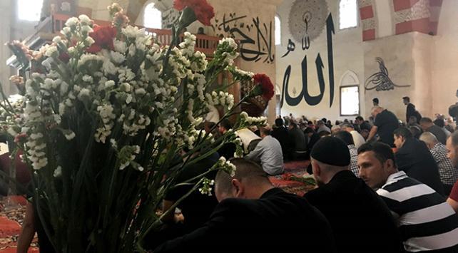 'Eski Camii' cemaati cuma namazını çiçekler arasında kıldı
