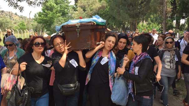 Cenazede dikkat çeken görüntü! Sadece kadınlar taşıdı...