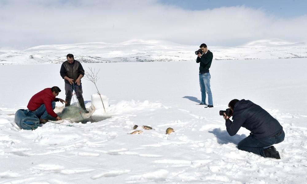 Eskimo usulü balık avına fotoğrafçı ilgisi
