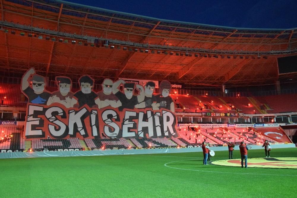 Eskişehirspor taraftarından maskeli kareografi