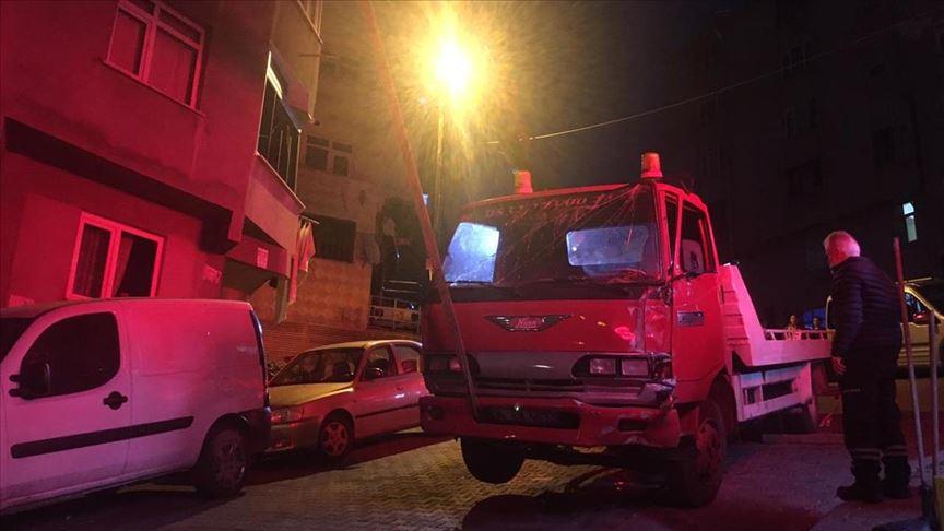 Esnaf, anne ile çocuklarını kamyonet altında kalmaktan kurtardı