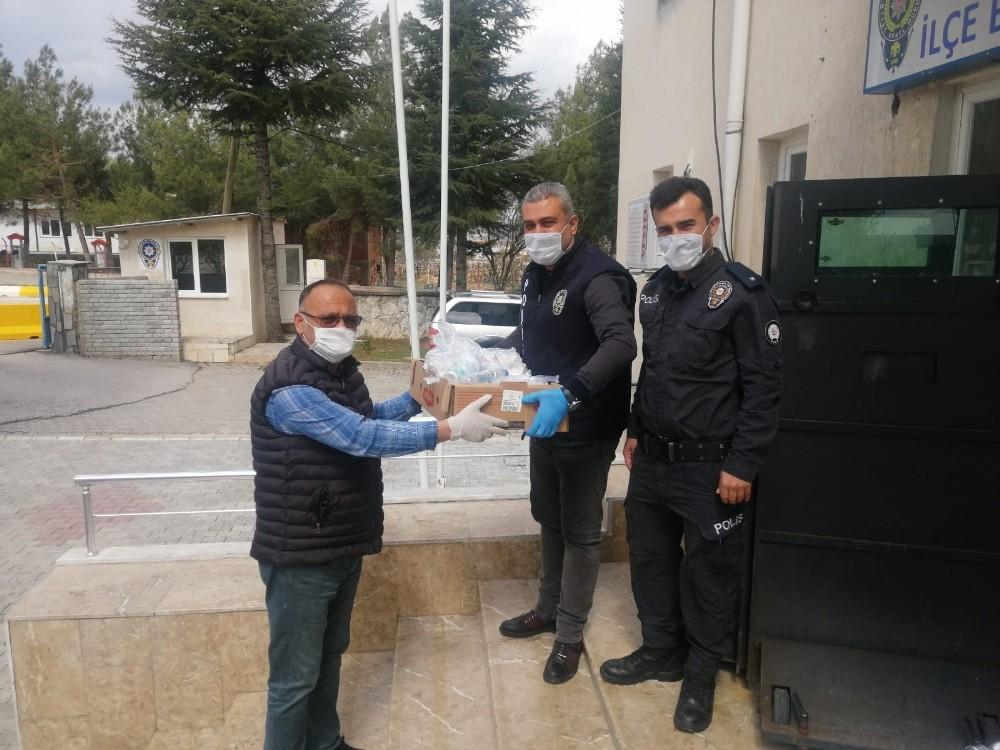 Esnaf polis ekiplerine yemek dağıttı